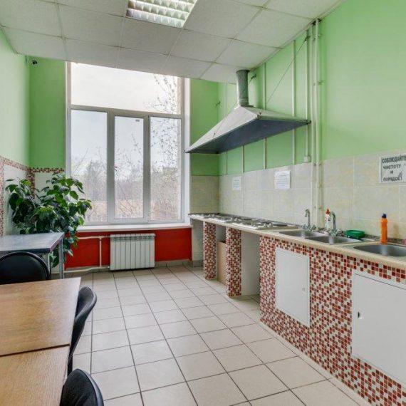 Кухня в дешевом хостеле Космос