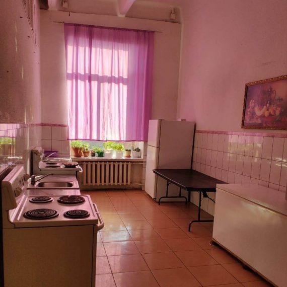Кухня в хостеле Космос на Байкальской